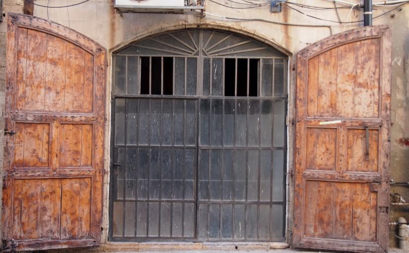 Türen an einem der ältesten Häfen der Welt
